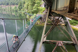 "Hängebrücke <br /> Foto: Erwin Haiden, nyx.at<br /><a href=""http://www.salzkammergut-trophy.at/_uploads/_uploads/Eisenbahnbruecke%20Hallstatt.jpg"" target=""_blank""> > Download high res</a>"